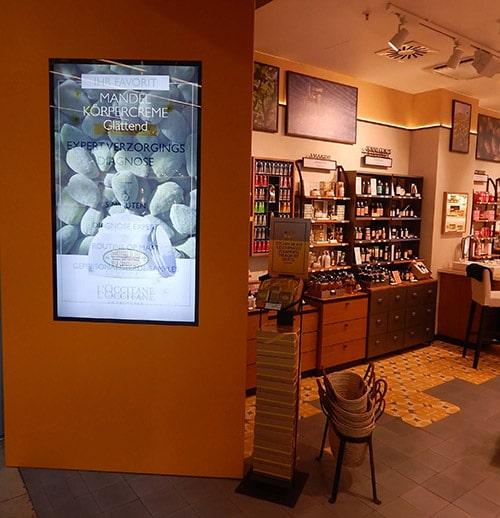 Digital Signage Ladenbau Integration