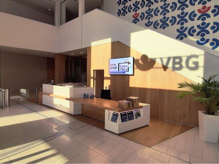 Digital Signage Empfangsbereich, um Besucher und Gäste zu informieren und begrüßen