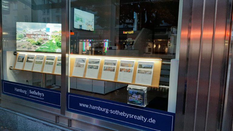 Digitales Schaufenster High Brightness. Komplettsystem inklusive High Brightness Display bei Sotheby`s Immobilien Hamburg