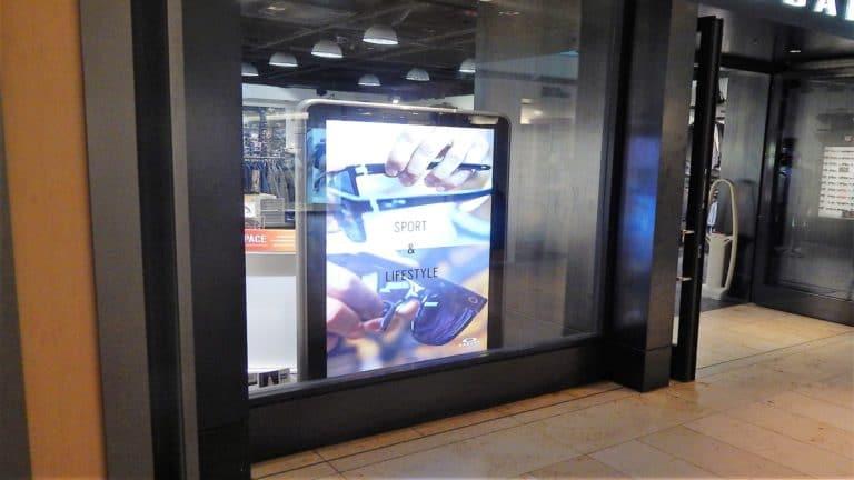Digitale Stele im Schaufenster. Ein Sonderformat, inklusive hochwertigem Content für Kunde Oakley