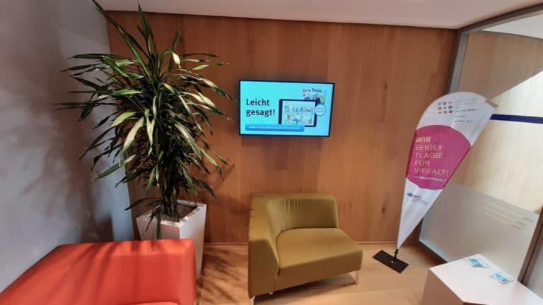 Digital Signage harmoniert auch mit Pflanzen hervorragend. Modern trifft klassisch- den Betrachter freut es