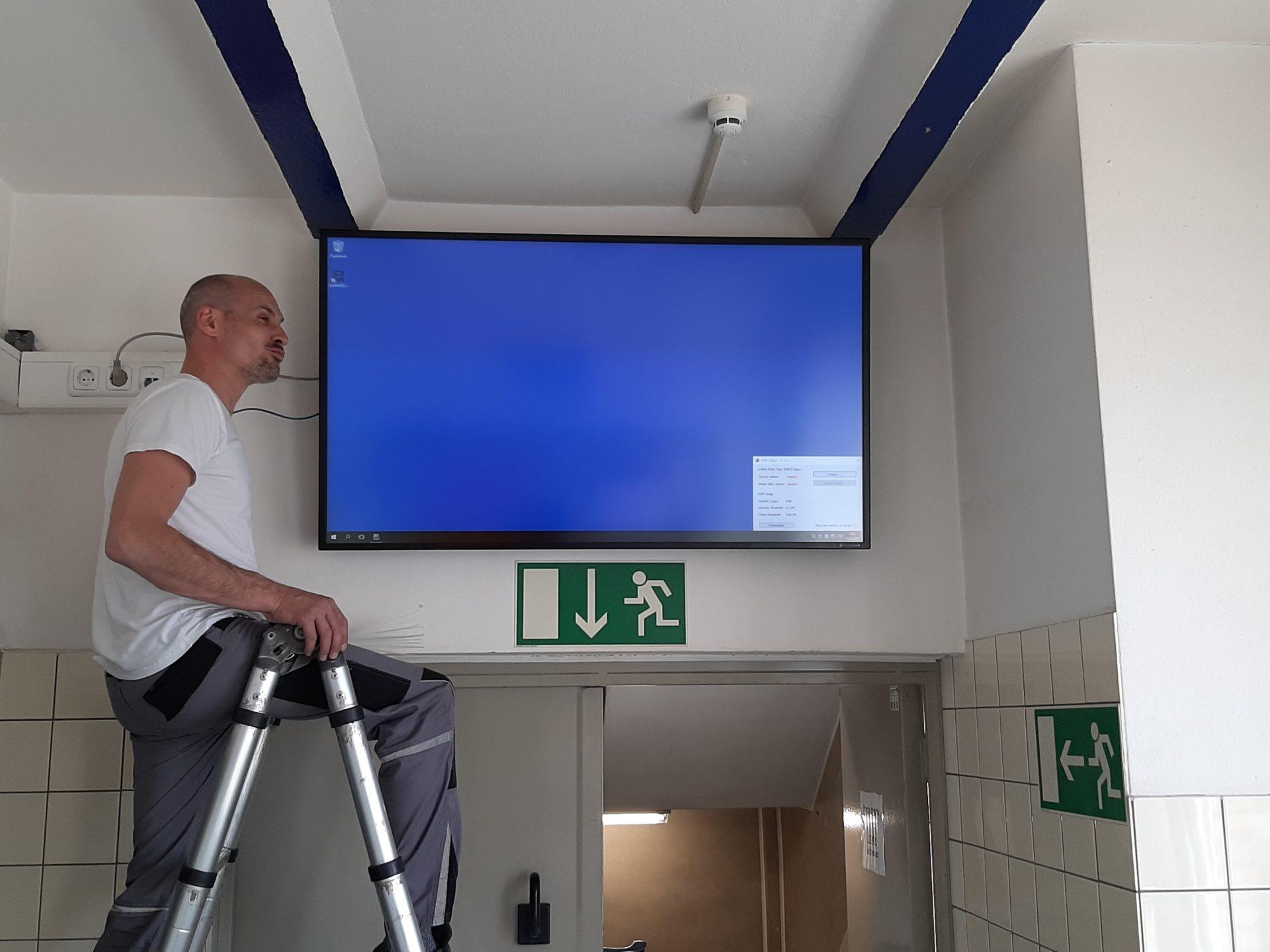 Brandschutz Monitor in Fluchtweg
